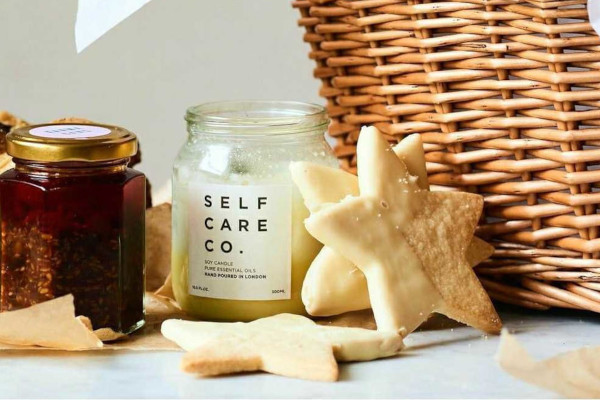 Wicker basket, candle, star cookie, and chutney